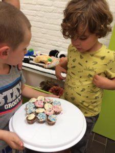 Heerlijke cakejes om de geboorte van baby Isaak te vieren en ook alvast de 1e verjaardag van Floor. Haar broer gaat rond.