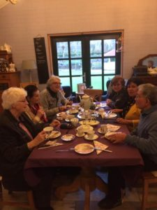 Afbeelding kan het volgende bevatten: 4 mensen, zittende mensen, etende mensen, tafel, binnen en eten