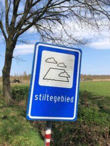 Afbeelding met tekst, boom, buiten, teken Automatisch gegenereerde beschrijving